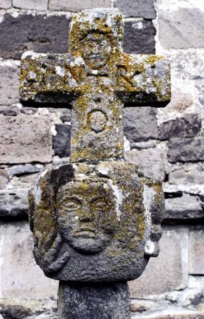 Croix près de l'église d'Albepierre