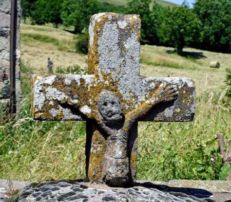 Croix à l'entrée de Dienne