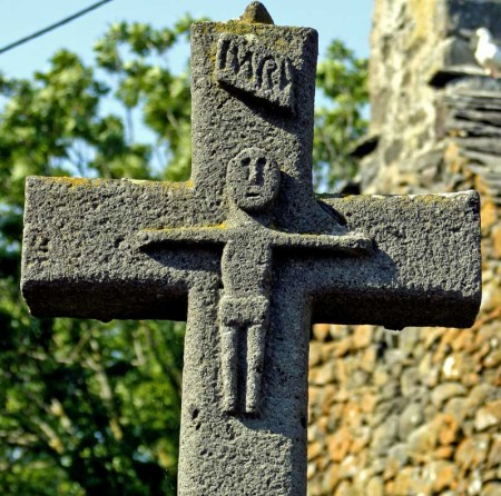 Croix sur une place du village de Meymargues