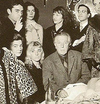 Détail André Breton et Aube Elléouët en 1959-1960 à l'expo internationale du surréalisme à la Galerie cordier, p. William Klein.jpg