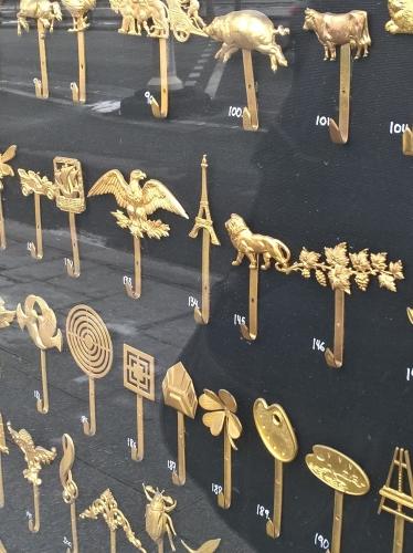 Tour Eiffel et d'autres accroches-tableaux vitrine Sennelier, mars 18 (2).jpg