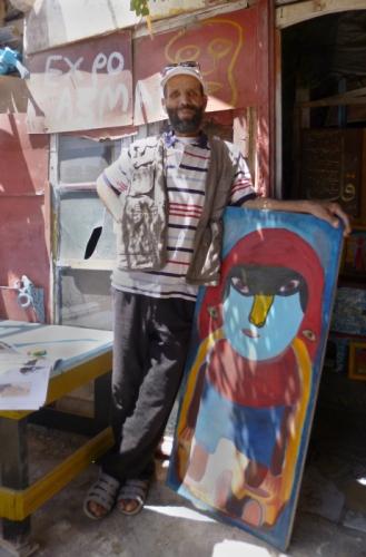 Mustapha Asmah devant son atelier (2).jpg