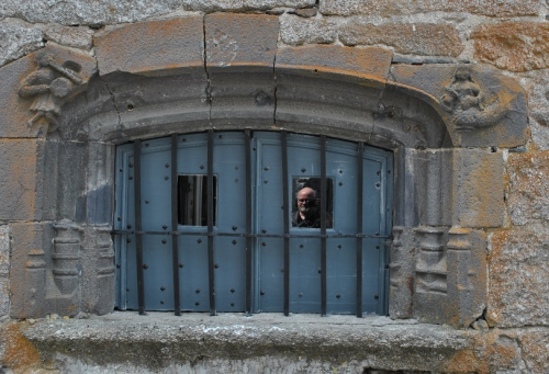 St Urcize, Fenêtre avec sculptures (recadré) (2).jpg