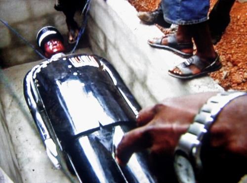 Cercueil sculpté en forme de policier au Ghana,film de Philippe Lespinasse, Grand Angle Productions, 2009.jpg