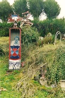 Jardin de Roger Jeanton,guérite avec portrait, ph.B.Montpied, 2002.jpg