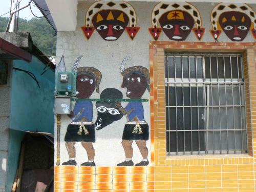 environnements spontanés taïwanais,art brut à taïwan,paiwan,peuples austronésiens,décors mythologiques,serpents-aux-cent-pas,identité aborigène,fresques murales revendicatives