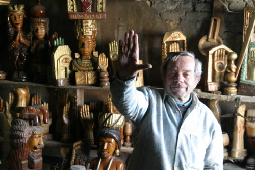 José Leitao au milieu de ses nombreuses khomsa (mains de Fatima), ph. Bruno Montpied.jpg