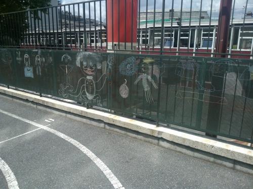 Dessins à la craie sur grille de cour d'école Xe ardt, vers 2014.jpg