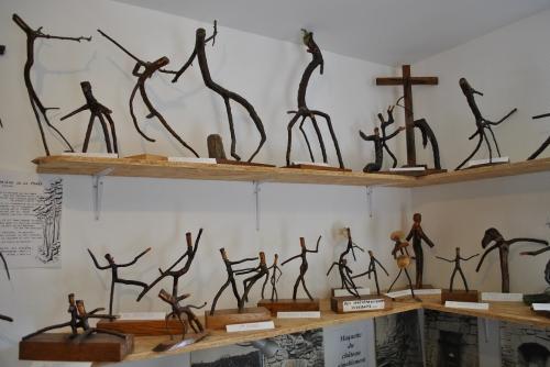 Rayonnages-d'exposition-dans-le musée-de-Lafauche.jpg