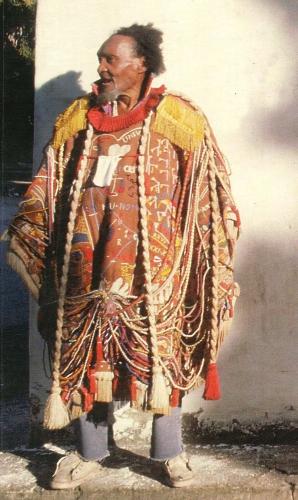 bispo avec vêtement brodé par lui.jpg