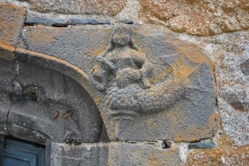 St-Urcize, Sirène (2) sur une fenêtre.jpg