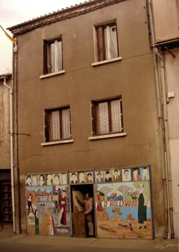 La façade de l'immeuble où habite Guy Brunet, catalogue d'expo de l'Espace Antonin Artaud à Rodez, 2008.jpg
