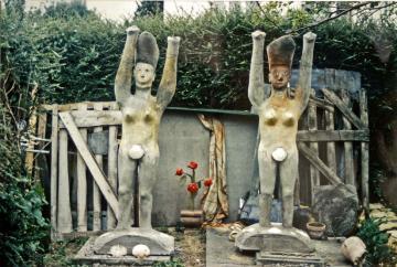 Séraphin Enrico, cariatides retrouvées et restaurés par Olivier Thiébaut à Caen, 1995.jpg