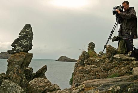 Rochers de Rothéneuf, tournage de Bricoleurs de Paradis, film de Remy Ricordeau, 2010, ph. Bruno Montpied.jpg