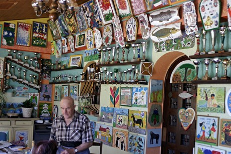J.Donadello au milieu de ses peintures et de ses trophées, ph B.Montpied, 2008.jpg