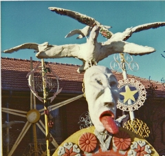 Totems de Virgili en 1984, Le Kremlin-Bicêtre, photo Bruno Montpied avec un Instamatic.jpg