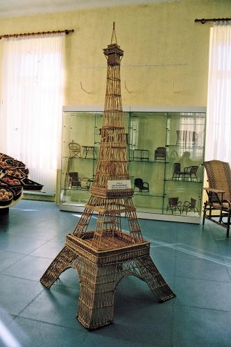 Tour Eiffel en osier à l'Ecole Nationale d'Osiericulture à Fayl-Billot, Haute-Saône, ph B.Montpied 2007.JPG