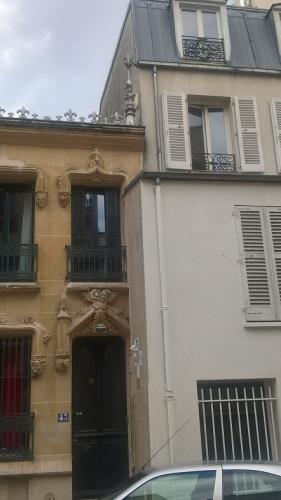 La voisine qui mord sur la maison ornée (2).jpg