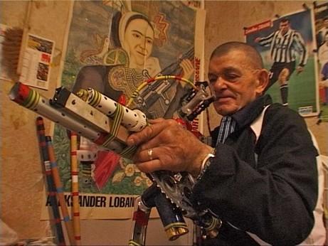 Robillard devant une affiche consacrée à Lobanov, ext du film de Claude et Clovis Prévost, Visites à André Robillard,-.jpg