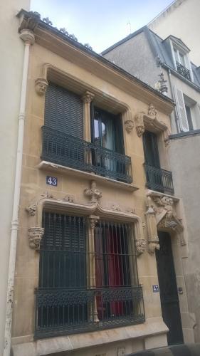 Façade ornée, rue Bénard 14e (2).jpg