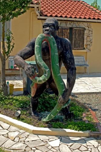 Roger Lemière,le gorille devant la villa, Lamasquère, ph.B.Montpied, 2008.jpg