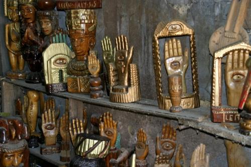 José Leitao,plusieurs exemplaires variés de mains de Fatima, ph. Bruno Montpied, 2011.jpg