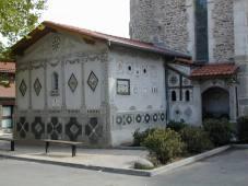La sacristie de l'église de St-Jean-de-Touslas et ses décors de mosaïque naïve, photo du Site du Pays Mornantais.jpg