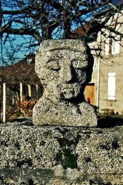 Jojo vincent, tête sculptée, Mont-de-Sardent, ph.B.Montpied, 2006.jpg