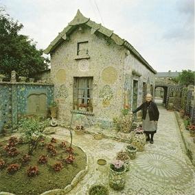 Mme Isidore devant la maison Picassiette, ph. Clovis Prévost, 1977.jpg