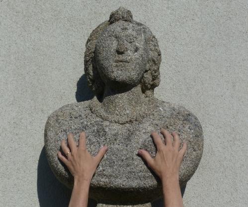 Fransèche, devant la mairie, les mains sur Marianne, juillet 2015 (2).jpg