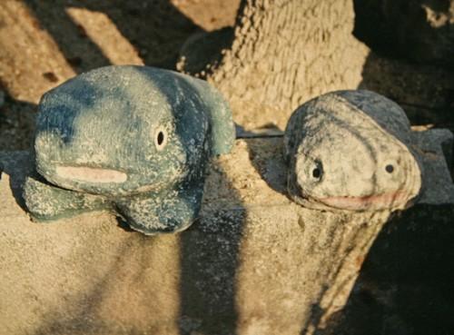 Emile Taugourdeau,deux grenouilles en ciment, ph. Bruno Montpied, 1991.jpg