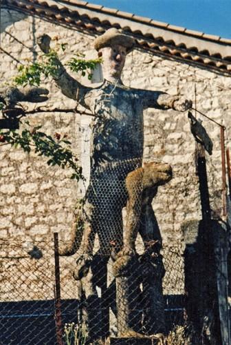 Alphonse Gurlhie,le pêcheur-chasseur à cheval sur un renard, ciment armé, Maisonneuve, Ardèche, ph Bruno Montpied,1994.jpg