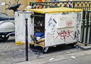 Homme vivant dans une caisse-cabane à roulettes, rue Pernelle, 1er ardt, ph B.Montpied, 2003.jpg
