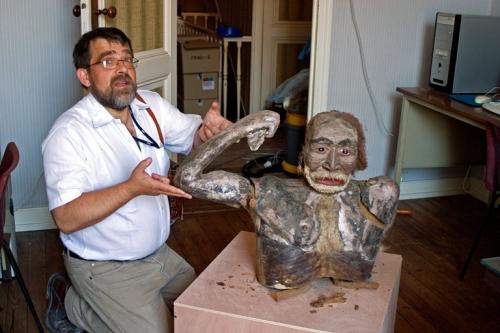 Pierre Lamothe avec les vestiges d'un homme préhistorique, 2008, photo Bruno Montpied.jpg