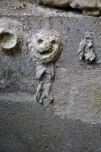 Bonhomme en reste de ciment sur un mur de parpaings (2).jpg
