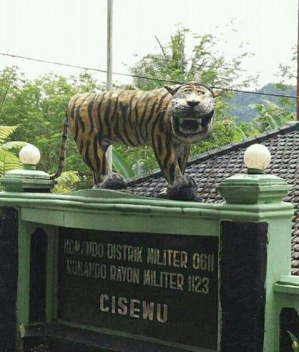 Tigre naïf Indonésie, Sculpture détruite, .jpg