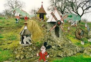 Jardin de Roger Jeanton,Mickey,Babar,et autres personnages, ph.B.Montpied,2002.jpg