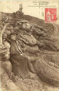 L'abbé Fouré assis devant les mousses de Jacques Cartier, carte postale de son vivant.jpg