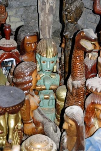 José Leitao,nombreuses  statues abandonnées à la poussière, ph. Bruno Montpied, 2011.jpg