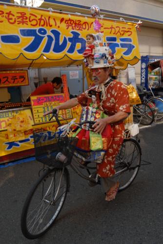 Eijiro Miyama ds les rues de Yokohama 2006 ph coll de l'art brut lausanne.png