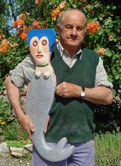 Joseph Donadello avec sa sirène en ciment, ph.Les Amoureux d'Angélique-Ass Gepetto, 2009.jpg