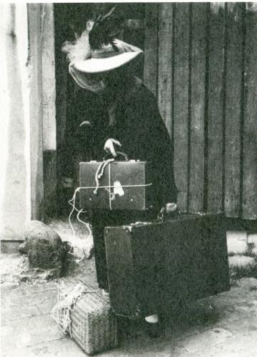 une femme obsessionnelle dans la rue, ph de presse parue ds rhinocéros jr n°1, 2005.jpg