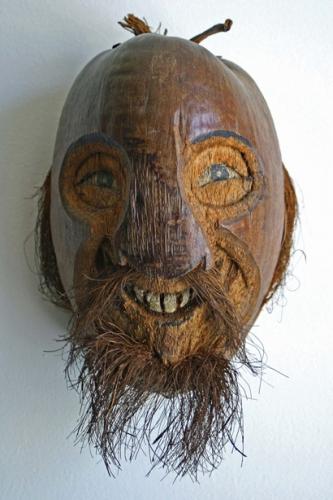 Objet sculpté dans une variété de noix, auteur inconnu, date inconnue, coll. et ph. Bruno Montpied.jpg