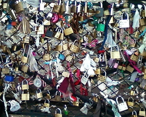 Cadenas d'amour sur le pont de l'Archevch, oct11.jpg