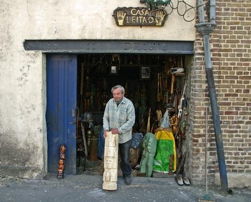 José Leitao devant la casa Leitao, ph. Bruno Montpied, 2011.jpg