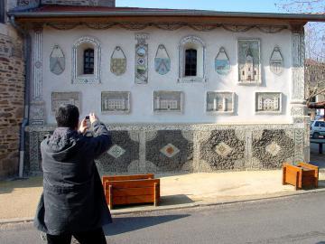 Les murs couverts de mosaïques naïves de l'abbé Cognet sur la sacristie, photo Jean Branciard, 2008.jpg