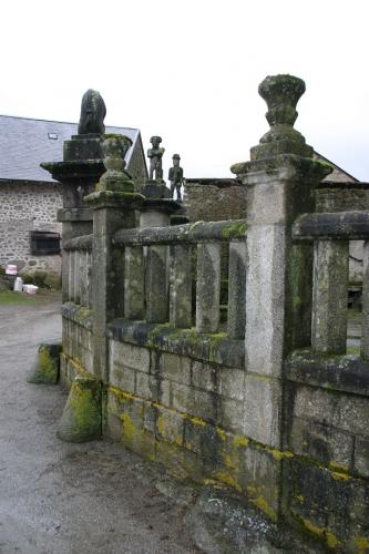 Colonnades de la barrière d'enceinte de la deuxième maison (2).jpg