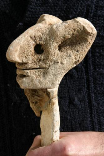 La face aux grandes oreilles de trois quart, os sculpté (2).jpg