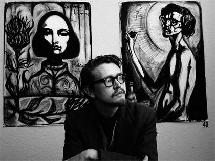 Flöki devant deux de ses oeuvres.jpg