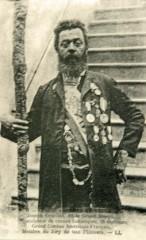 Joseph Cruciani, sa canne sculptée, ses décorations, carte postale début XXe siècl.jpg